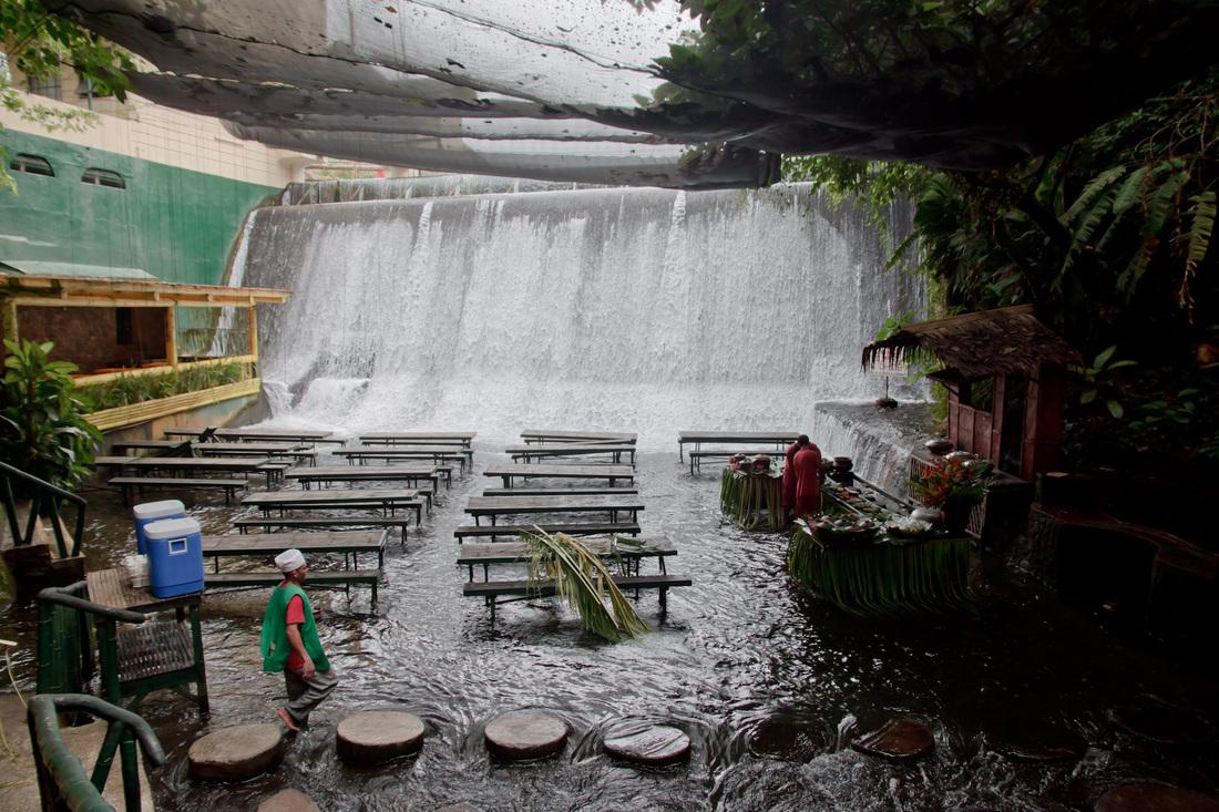 waterfall restaurant  villa escudero labasin waterfall