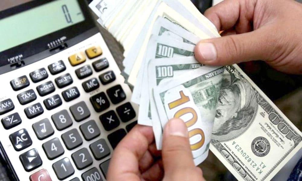El dólar abre a $82 en el Banco Nación y el riesgo país se ubica en 1.366 puntos