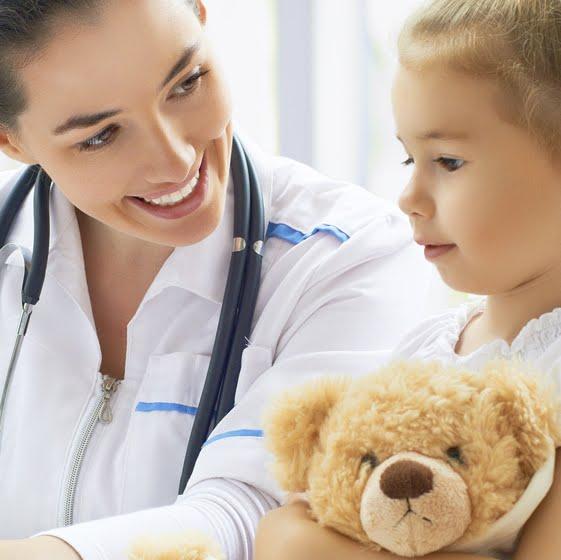 Médico cuidando a niña