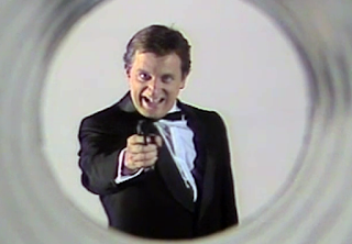 Imagen: Javier Gurruchaga en la Cuarta Parte; simulando a James Bond