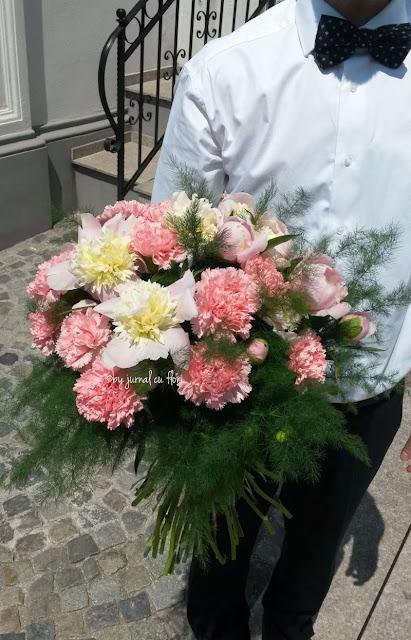 poza imagine barbat cu buchet de flori in mana