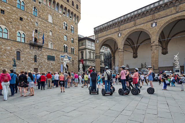 Visitantes na Piazza della Signoria em Florença