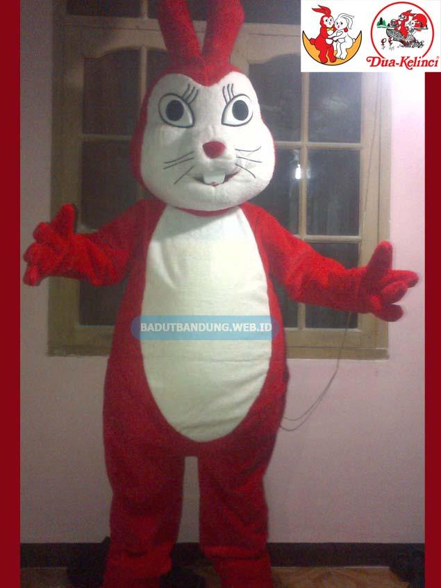 Desain badut kelinci merah maskot kacang 2 kelinci