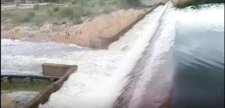 Chuvas fazem barragem do Sertão sangrar e população comemora; veja vídeo