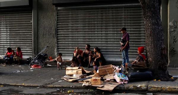 ¡DOLOROSO! Niños de la calle aprovechan las protestas para cubrir sus carencias