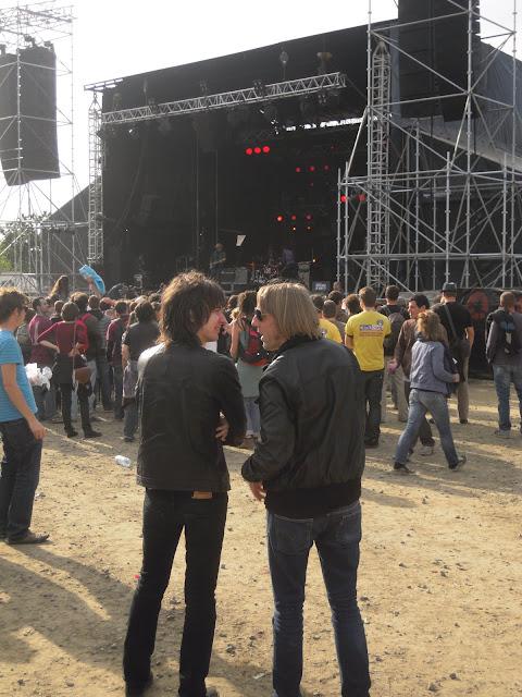 Dos miembros de Beady Eye entre el público del festival Papillons de Nuit 2011