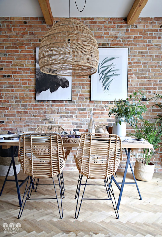 Comedor con mesa de madera y sillas de fibra natural