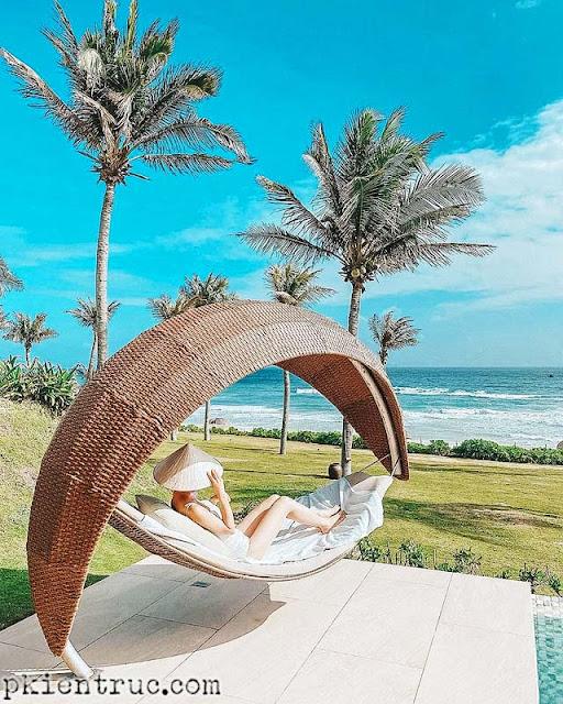 Ghế tắm nắng sang chảnh hình ánh trăng của Bungalow biển