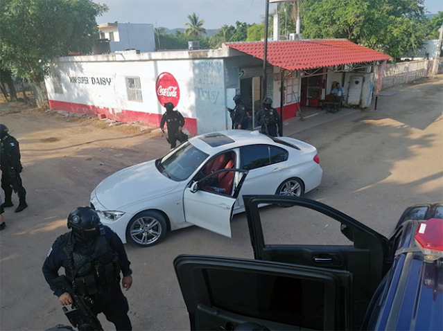 Que no hay Sinaloenses armados?  Elites de la policía capturan en Culiacán a gringos armados en percusión
