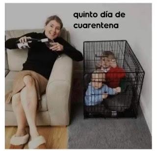 Mujer bebiendo vino e hijos encerrados en una jaula