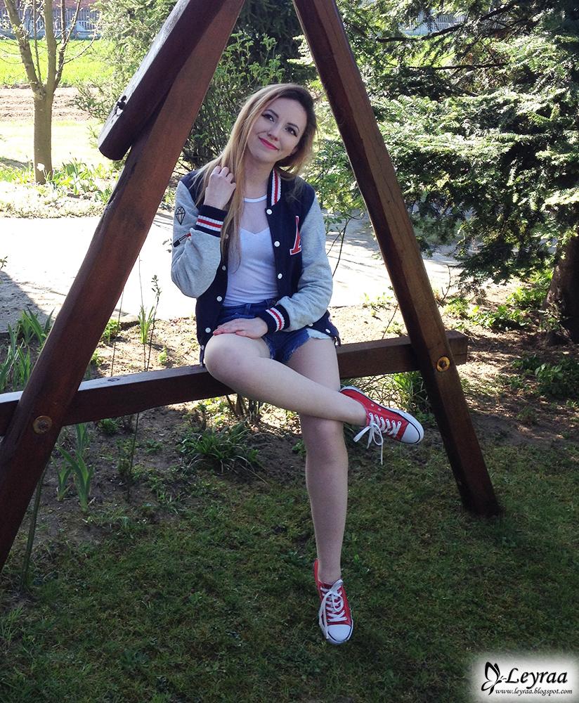 Bejsbolówka damska granatowa, biała bokserka z siateczką body, jeansowe szorty z poszarpanymi nogawkami, czerwone trampki