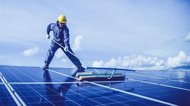 Cara membersihkan panel surya dengan benar