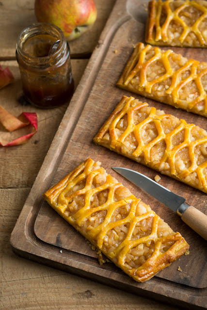 Grillés aux pommes; rouleau à croisillons
