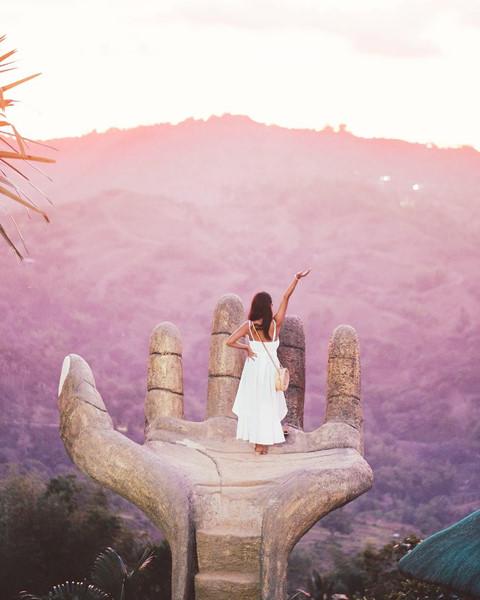 Chốn sống ảo này được rất nhiều travel blogger ghé thăm, đăng tải trên mạng xã hội những bức hình đẹp lung linh khiến các tín đồ mê du lịch đứng ngồi không yên. Bàn tay khổng lồ giữa núi rừng Philippines sẽ khiến bạn liên tưởng tới hình ảnh bàn tay gỗ thu hút giới trẻ ở Đà Lạt.