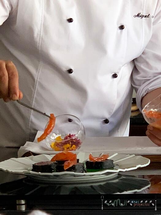 miguel martin robles en acción preparando menu