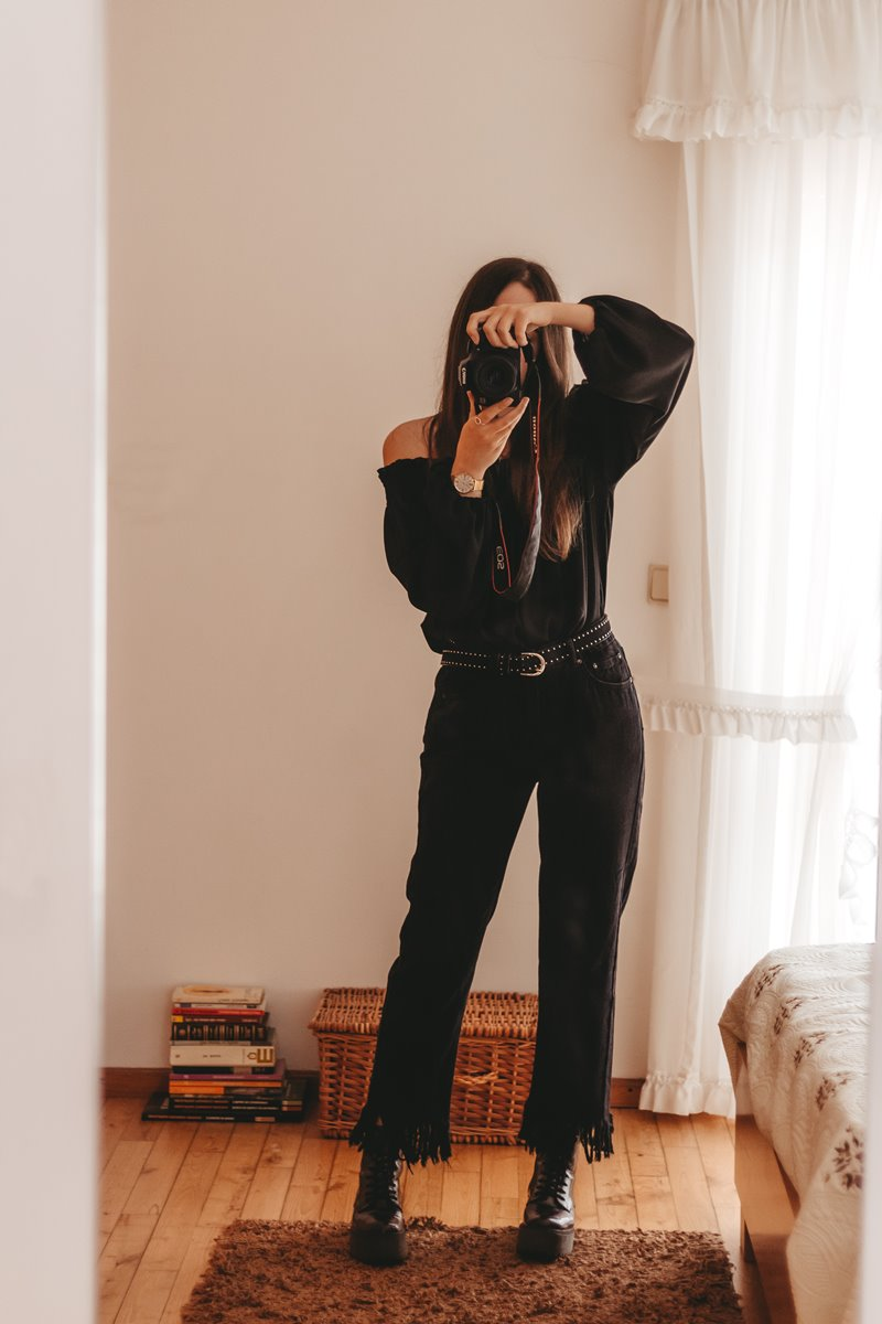 all black outfit idea with chunky boots
