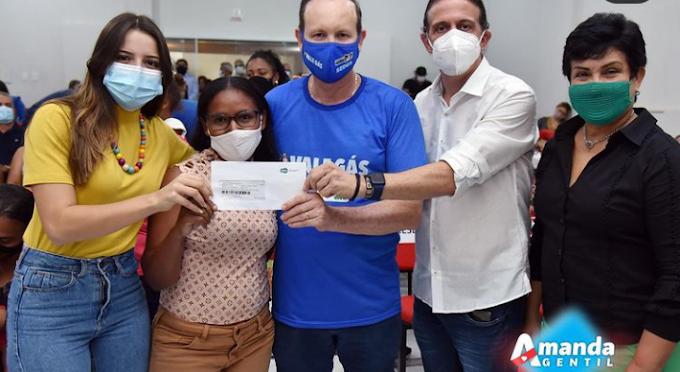 AÇÃO SOCIAL - Amanda Gentil participa da entrega do Vale Gás a beneficiários da regional de Caxias