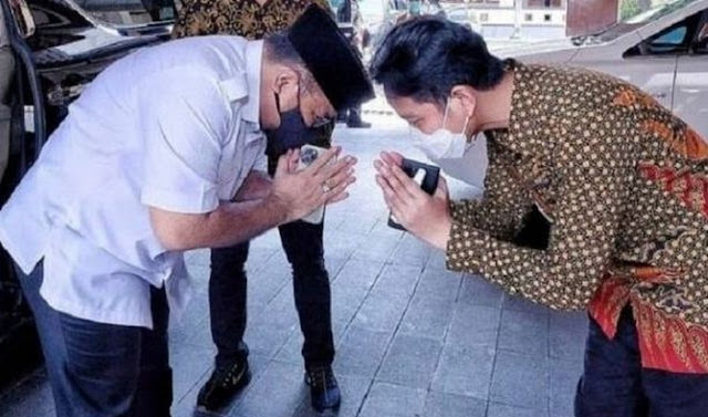 Viral Foto Menteri Agama Sungkem ke Gibran