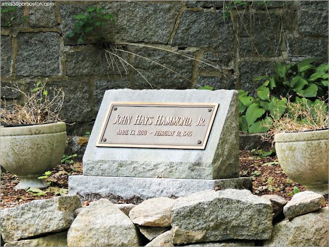 Tumba de John Hays Hammond Jr. en el Castillo Hammond, Gloucester