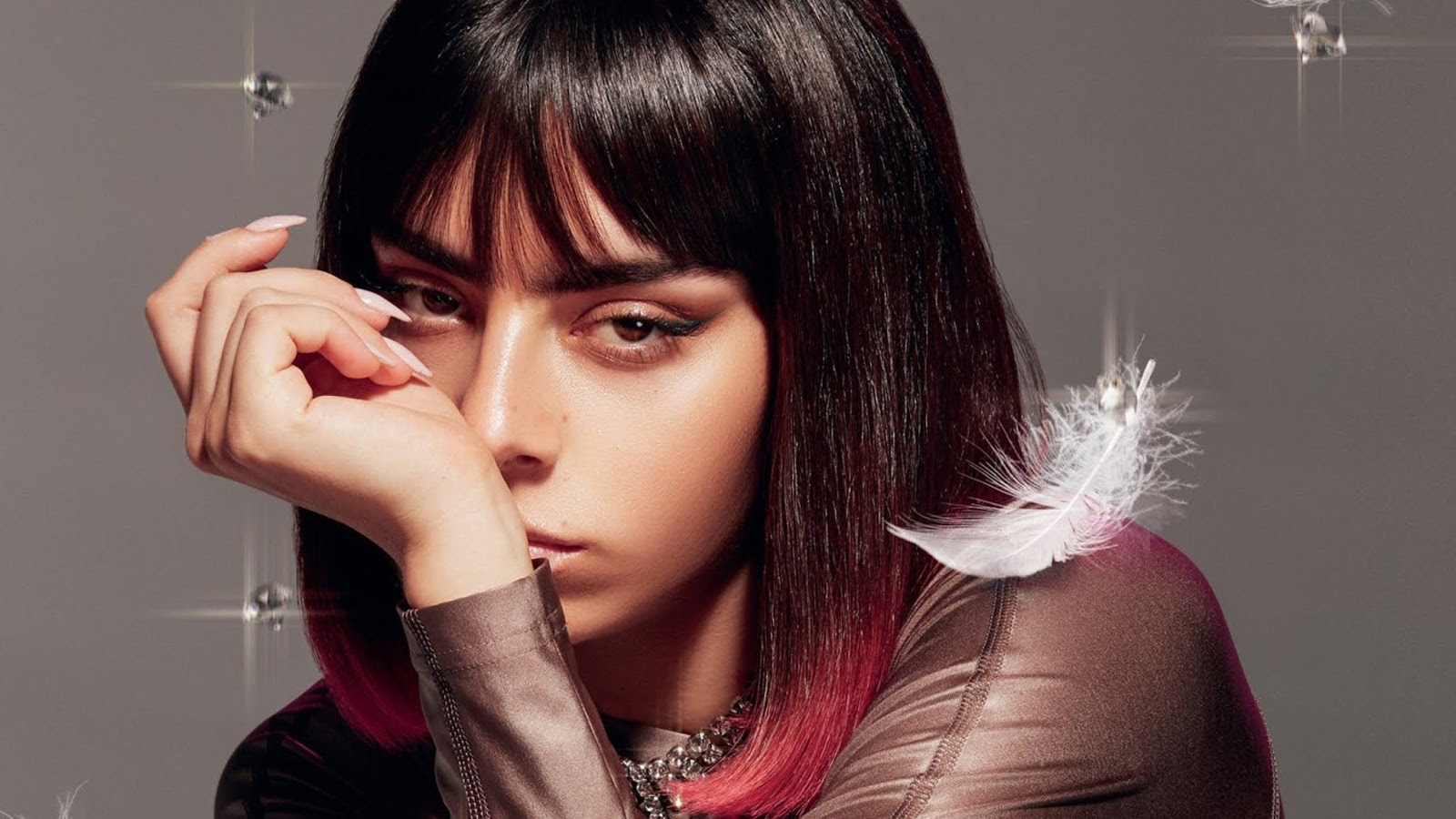 "Mais próximo da proposta de suas mixtapes, como ""Number 1 Angel"" e ""Pop2"", do que discos oficiais, ""How I'm Feeling Now"" ganhará vida de maneira, literalmente, caseira."