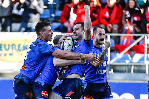 Castres celebrate a try