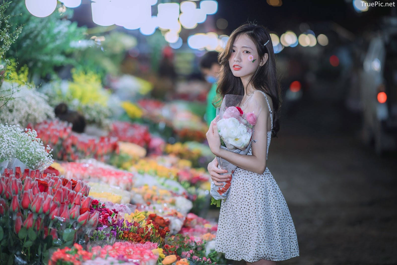 Vietnamese Hot Girl Linh Hoai - Strolling on the flower street - TruePic.net - Picture 9