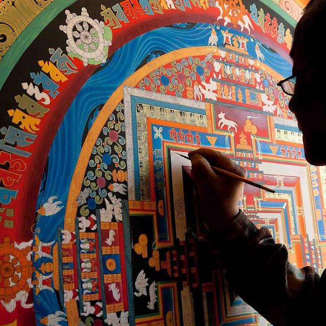 Rất nhiều du khách đến với Nepal chỉ đơn giản là vì Thangka, những bức tranh truyền thống được vẽ thủ công trên vải bông hoặc lụa. Đây là một món quà lưu niệm mang tính biểu tượng văn hóa của quốc gia này mà bạn không nên bỏ lỡ. Phần lớn nội dung của bức tranh sẽ mang chủ đề về tôn giáo và phải mất từ 6 đến 18 tháng để làm tùy vào kích thước và chi tiết của nó.