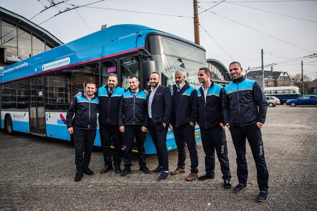 هولندا .. شركة تشغيل حافلات هولندية تدرب 9 لاجئين سوريين على قيادة الحافلات و توظفهم في الشركة