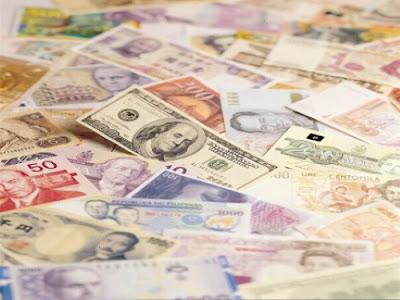 Dinheiro espalhado. #PraCegoVer