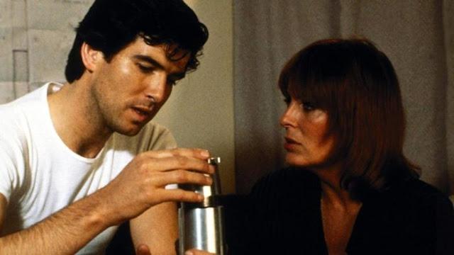 Pierce Brosnan and Joanna Cassidy assembling a bomb