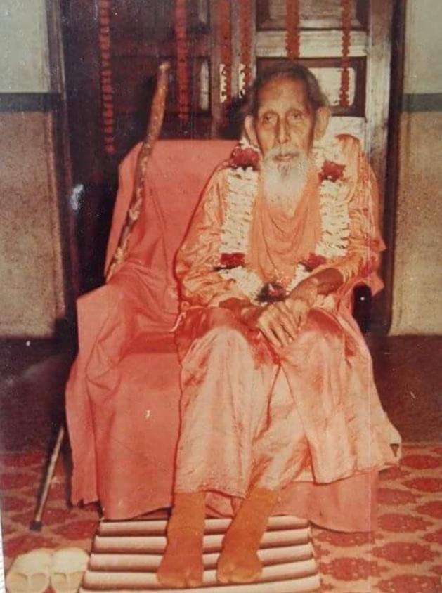 दीक्षा देने के बाद माला पहने पूज्यपाद गुरुदेव