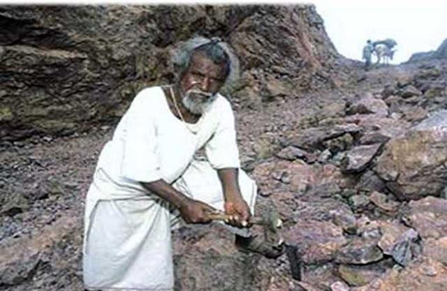Dashrath Manjhi Making road breaking Mountain