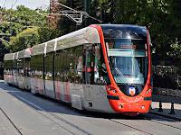 İstanbul'da bir yoldaki modern tramvay