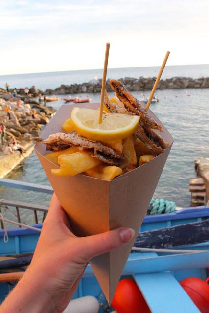 """Ẩm thực là điều quyến rũ bậc nhất ở làng Manarola. Đến đây, du khách có thể thưởng thức những món hải sản tươi sống đánh bắt ngay trong ngày. Rượu vang nấu từ nho cũng nằm trong danh sách """"không thử chưa biết Manarola"""". Một bữa tối lãng mạn với rượu vang và đồ ăn tuyệt hảo hẳn sẽ khiến du khách đến Manarola lưu luyến mãi không rời đi."""