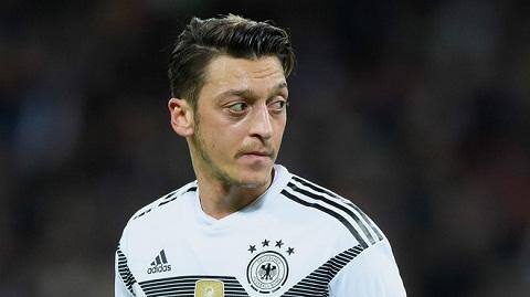 Gần đây, Mesut Ozil vẫn dính chấn thương không thể cùng các đồng đội của mình cuồng nhiệt tiến lên.