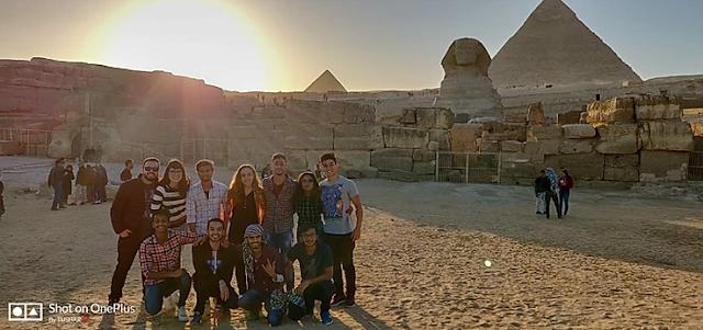 piramide e esfinge no deserto