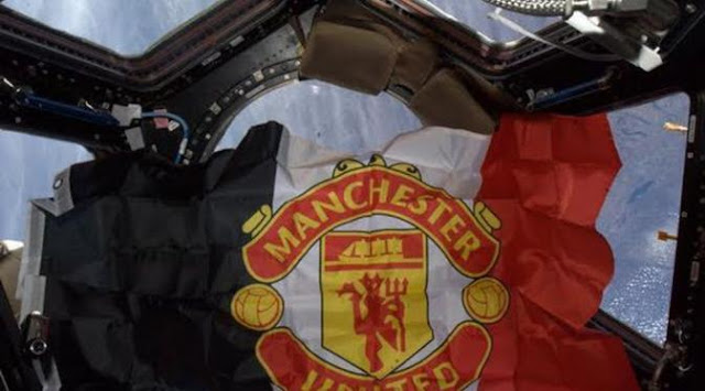 Bendera Manchester United saat Diluar Angkasa