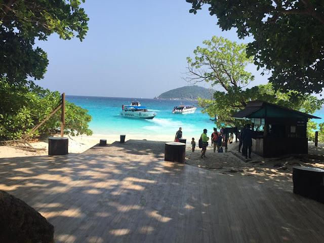 เกาะเมี่ยง (เกาะสี่) เป็นเกาะที่มีพื้นที่ขนาดใหญ่รองลงมาจากเกาะสิมิลัน เป็นที่ท่องเที่ยวที่มีนักท่องเที่ยวมากที่สุดในหมู่เกาะสิมิลัน โดยเกาะเมียงจุดเด่นที่มีชายหาด 2 แห่ง คือหาดหน้า และหาดเล็ก  และจุดชมวิวจุดชมวิวลานข้าหลวง