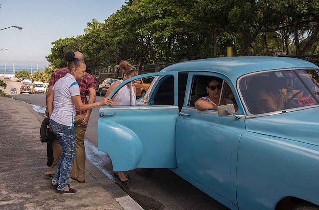 Táxi em Cuba: sobe se couber. O transporte sobrevive com o mercado negro de combustíveis.