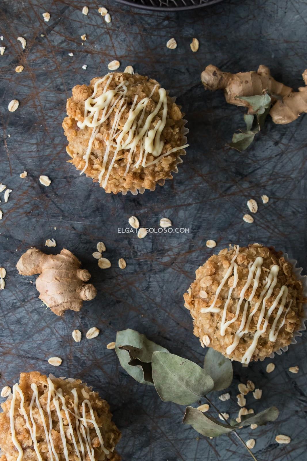 Aprende cómo hacer los mejores muffins de banana y avena, super fáciles y enriquecidos con cualquier cosa que se te ocurra. Son decididamente divinos. Receta vía elgatogoloso.com