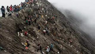 Upacara Yadnya Kasada Suku Tengger Jadi Daya Tarik Wisata Gunung Bromo