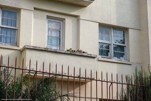 Edifíco Santo Antônio, na Rua Itupava - detalhe sacada com vasinhos de flores