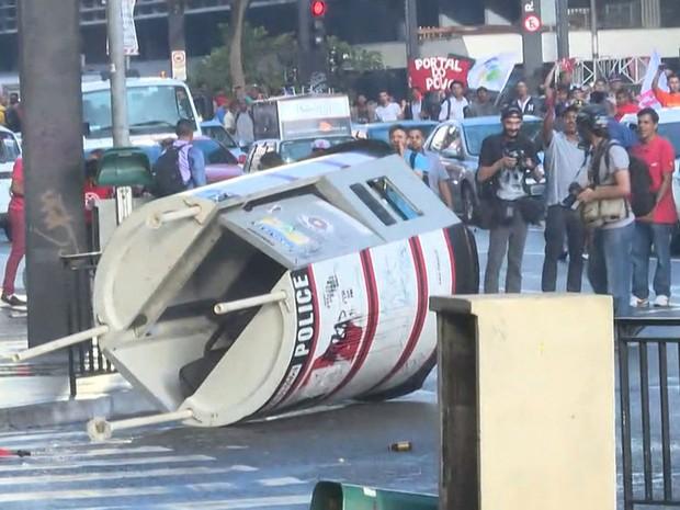 Polícia dispersa baderneiros do MTST a base de golpes de cassetete e bombas na Avenida Paulista