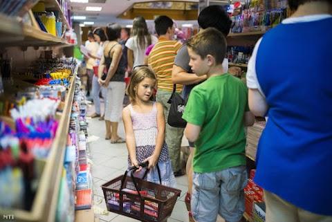 Az iskolakezdés miatt erős forgalomra számítanak az áruházak a hétvégén