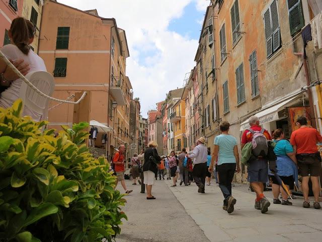 Pessoas passeando pela Via Roma