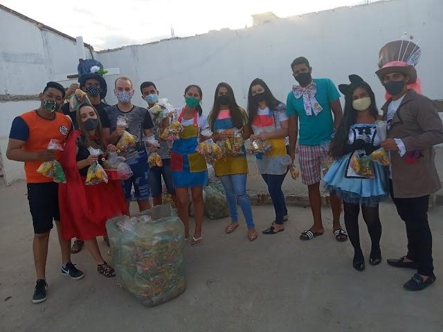Pastoral da Juventude entrega kits para as crianças no bairro São Francisco
