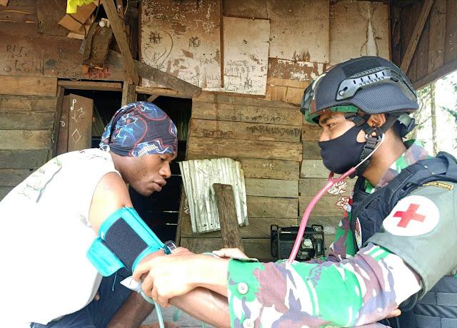 Satgas Yonif Raider 100/PS Pos Karang Aktif Dalam Melayani Masyarakat Dalam Bidang Kesehatan