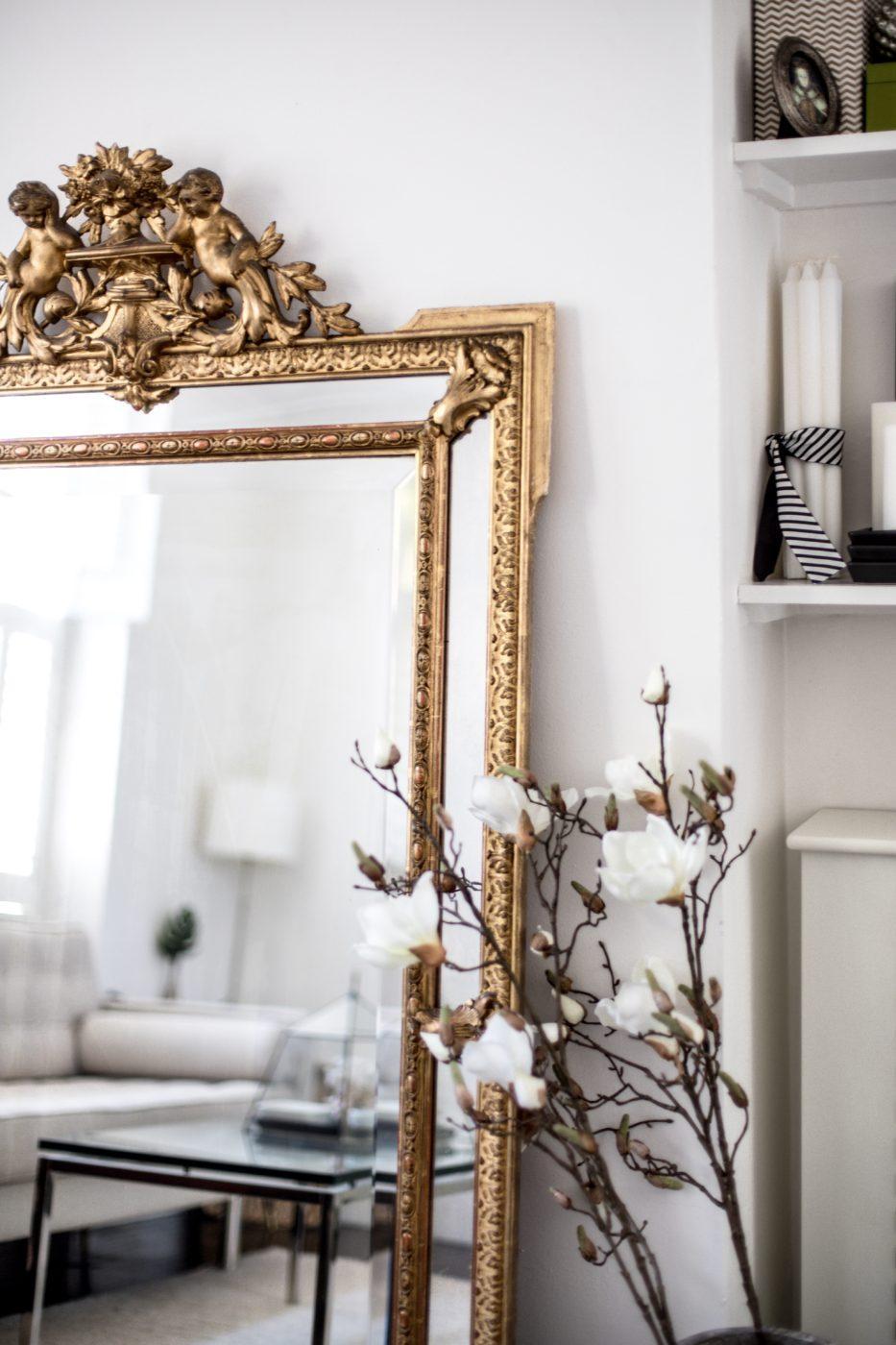 ilaria fatone inspirations - un miroir oversize ancien posé au sol