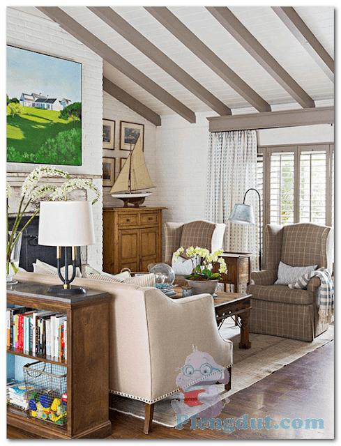 Ide 08: Ruangan loteng rumah juga bisa di desain menjadi lebih nyaman dengan pernah-pernik lukisan, rak buku, serta paduan sofa dan cat berwarna putih, krem dan coklat