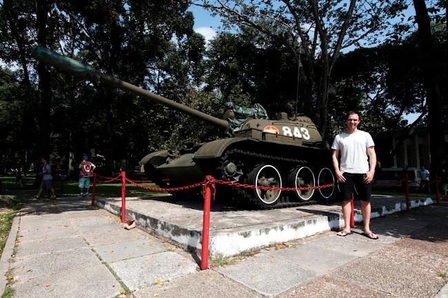 Alberto delante de un tanque en el Palacio de la Reunificación de Ho Chi Minh City